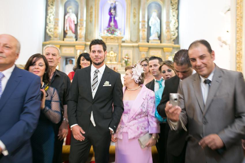 Imagen del novio y su madre, esperando delante dell altar, fotos de bodas