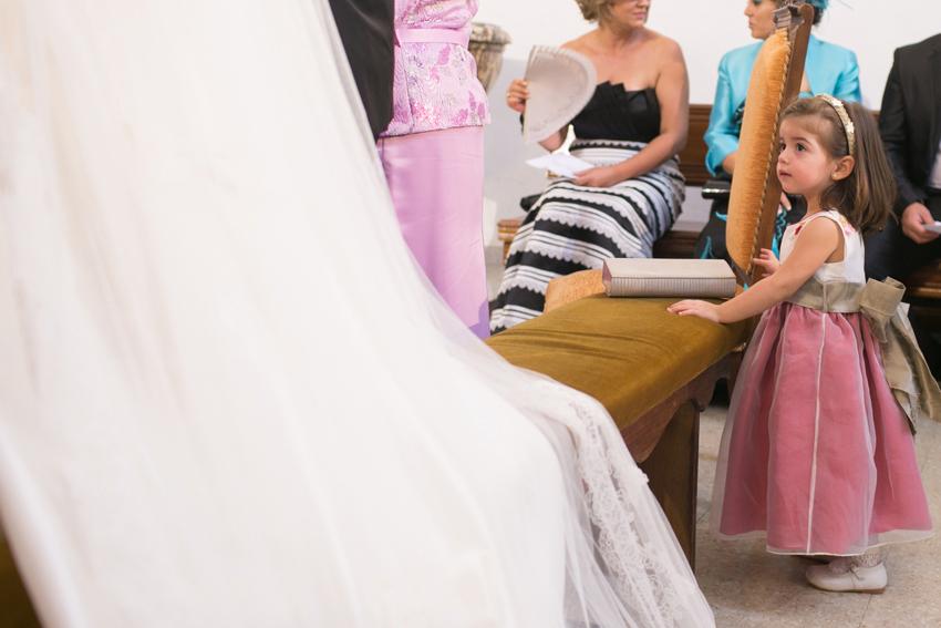 Una niña mira atentamente a los novios, fotos artísticas de bodas