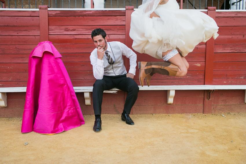 Divertida imagen de los novios en la plaza de toros de Almadén, fotos artísticas de bodas