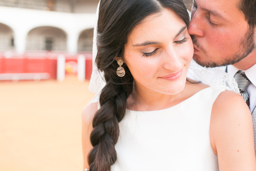 Primer plano del novio, besando cariñosamente a la novia, fotos de bodas