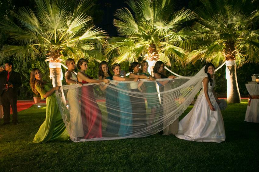 Las amigas de la novia juegan con el velo, fotos artísticas de bodas