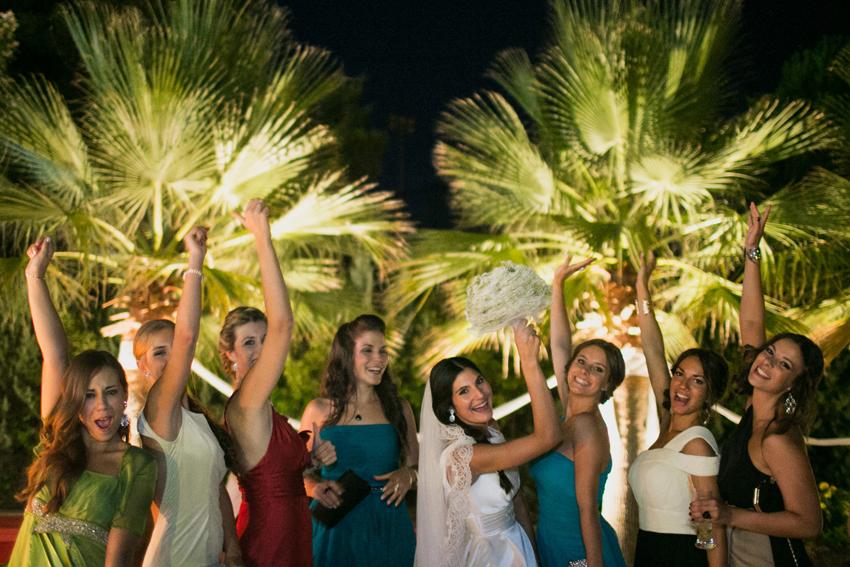 La novia con sus amigas durante la celebración de la boda, fotos de bodas