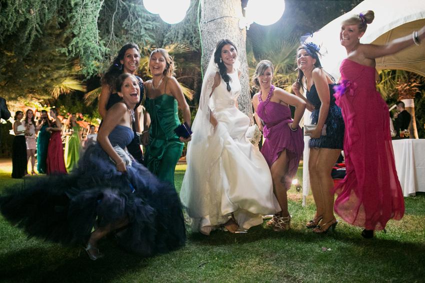 La novia se divierte en la fiesta con sus amigas, fotógrafo de bodas en Ciudad Real