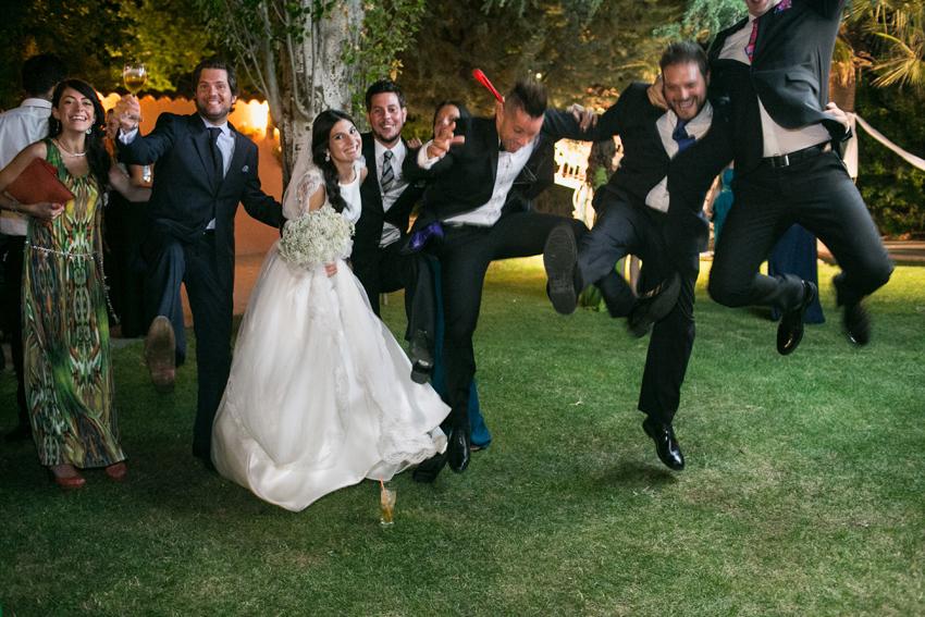 Los amigos de los novios se divierten en la fiesta, fotos artísticas de bodas