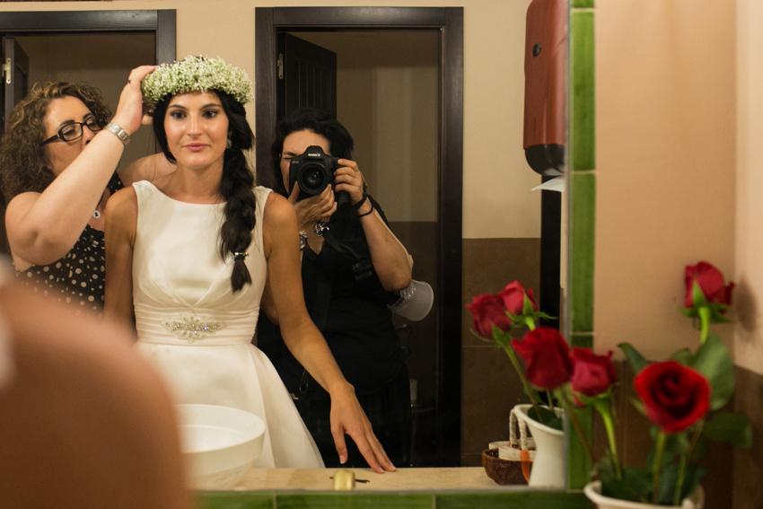 La novia colocándose la corona durante la celebración, fotos de bodas