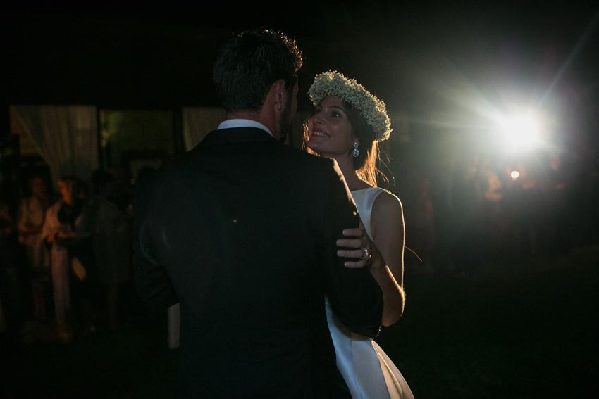 Primer plano de los novios durante el baile. Fotos de bodas
