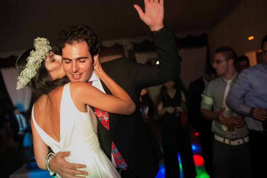 La novia baila y se divierte con su hermano, fotos de bodas