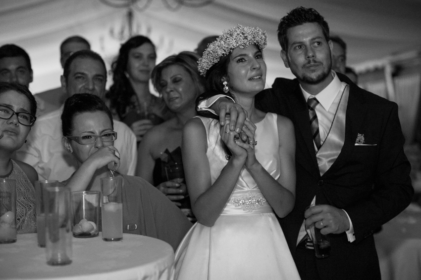 Los novios y los invitados se emocionan en un momento de la celebración