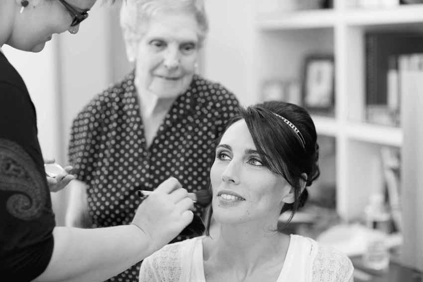 Atenta mirada de la abuela de la novia. Reportajes de boda en Ciudad Real