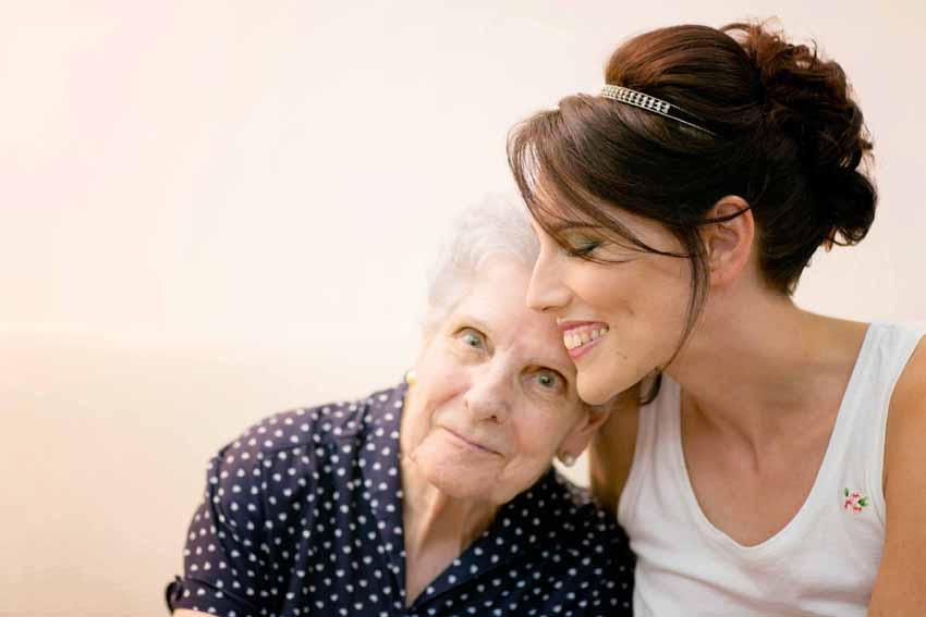 La novia y su abuela abrazadas tiernamente. Fotógrafo de bodas en Ciudad Real