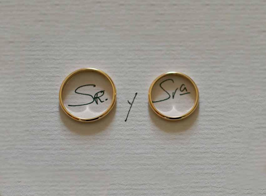 Foto de los anillos de boda sobre papel blanco. Reportajes de boda en Ciudad Real