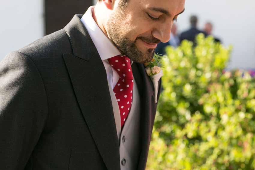 Foto en primer plano del novio sonriente. Fotos artísticas de bodas