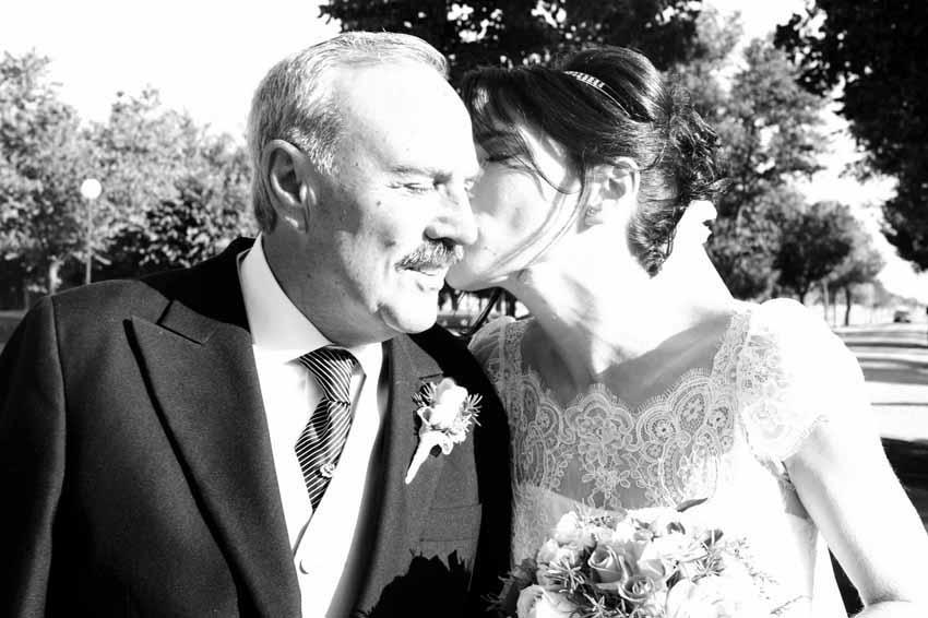 Novia besando en la mejilla a su padre. Fotos artísticas de bodas