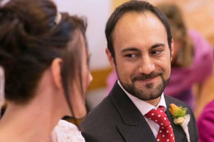 Mirada complice de los novios ante el altar. Fotos artísticas de bodas
