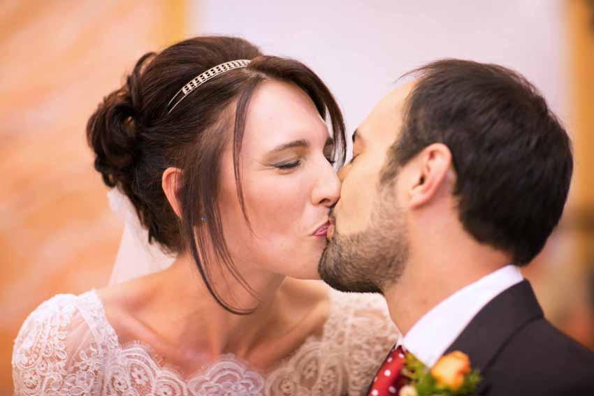 Primer plano de los novios besándose. Fotos de bodas