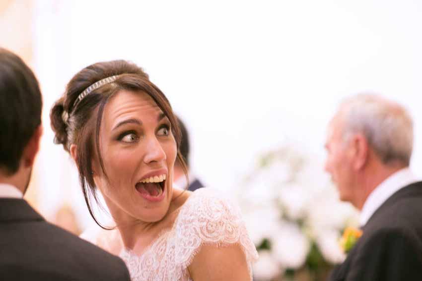 Sorpresa y emoción captadas en el rostro de la novia, fotos artísticas de bodas
