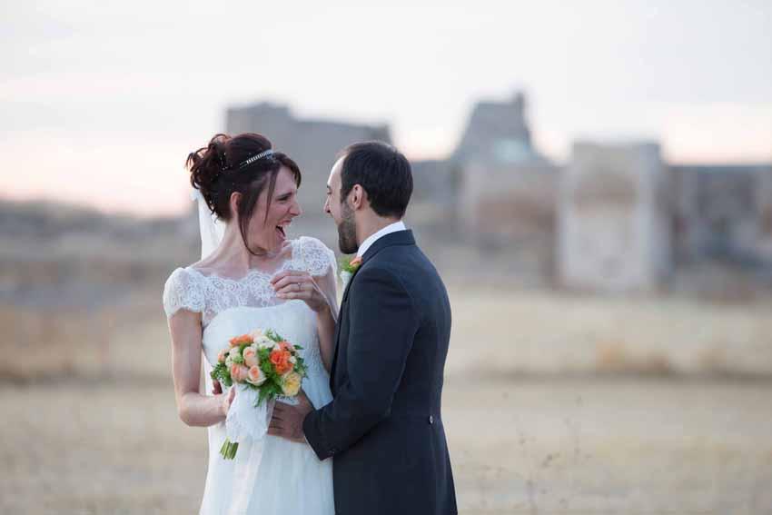 Fotografía de los novios riéndose. Fotos artísticas de bodas