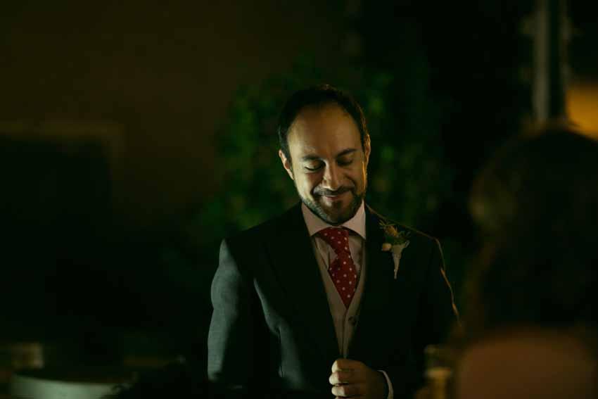 Imagen del novio durante la celebración de la boda