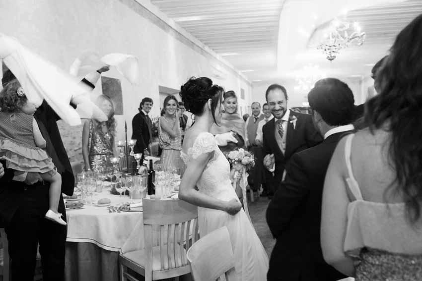 Entrada de los novios al salón. Fotos artísticas de bodas