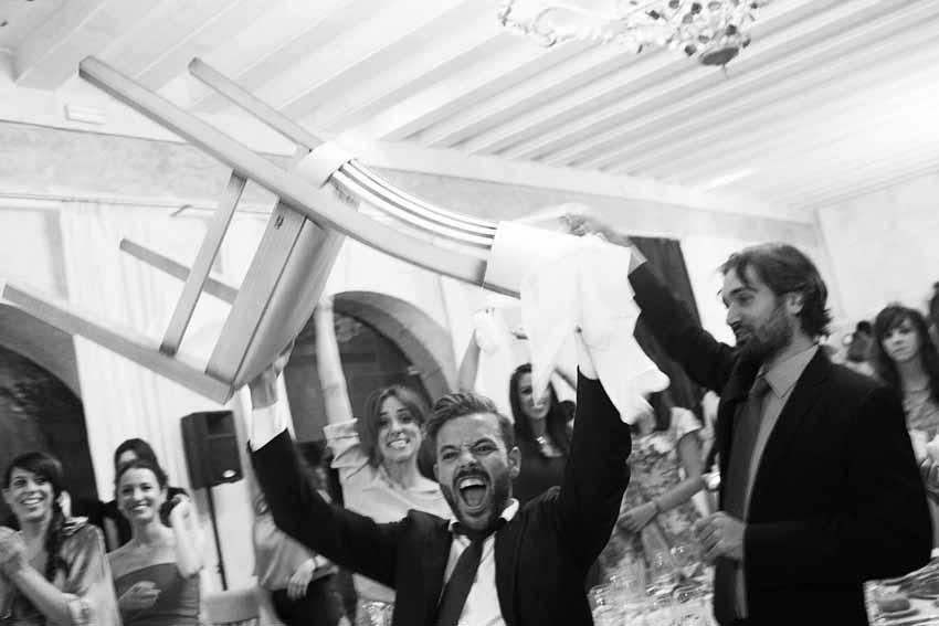 Los invitados se divierten en la fiesta. Fotos de bodas