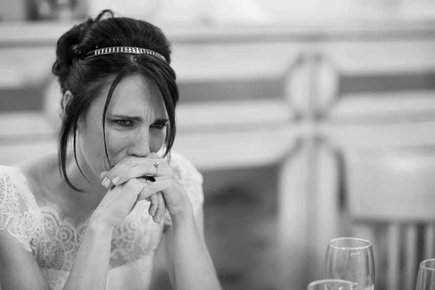 Novia emocionada durante la celebración. Fotos artísticas de bodas