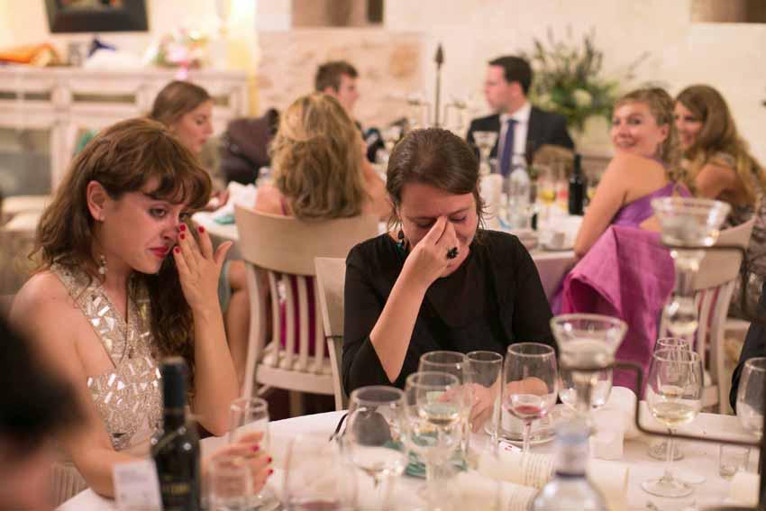 Emoción de los invitados durante la celebración de la boda