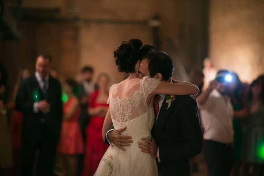 Imagen de los novios bailando abrazados
