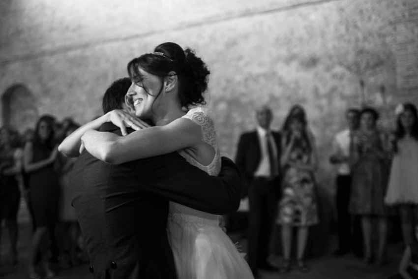 Fotografía en blanco y negro de los novios bailando. Fotógrafo de bodas en Ciudad Real