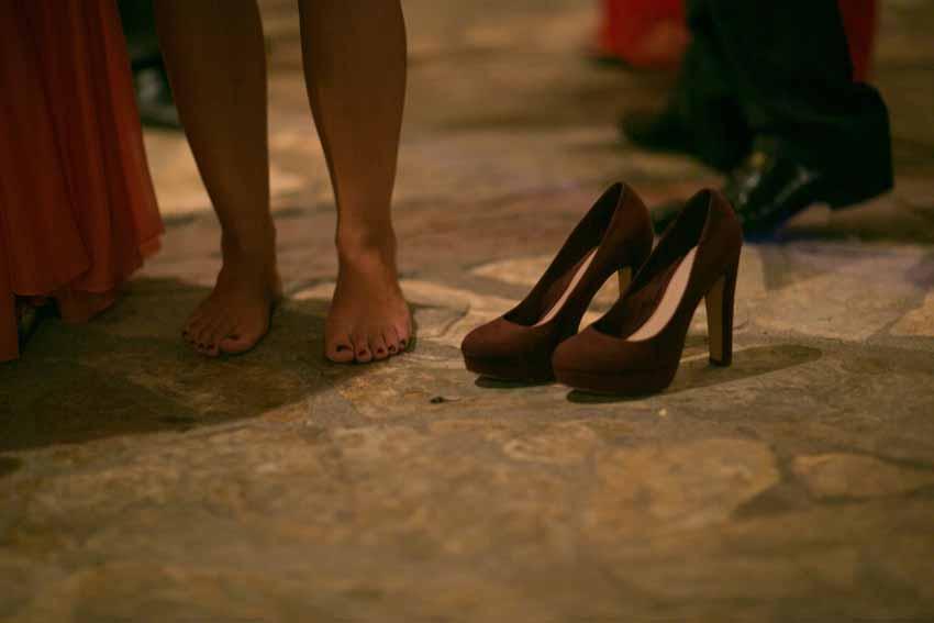 Invitada que se descalza durante la fiesta. Fotos artísticas de bodas