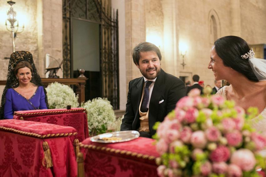 Miradas y sonrisas delante del altar. Reportajes de boda en Ciudad Real