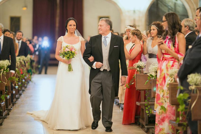 La novia, del brazo de su padre, camino del altar, fotos de bodas