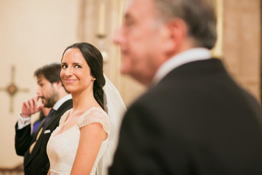 Mirada feliz de la novia hacia su padre, fotos artísticas de bodas
