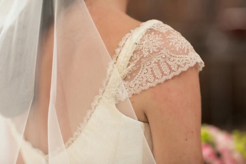 Detalle del vestido. Reportaje de boda de Pilar y Leo en la membrilleja