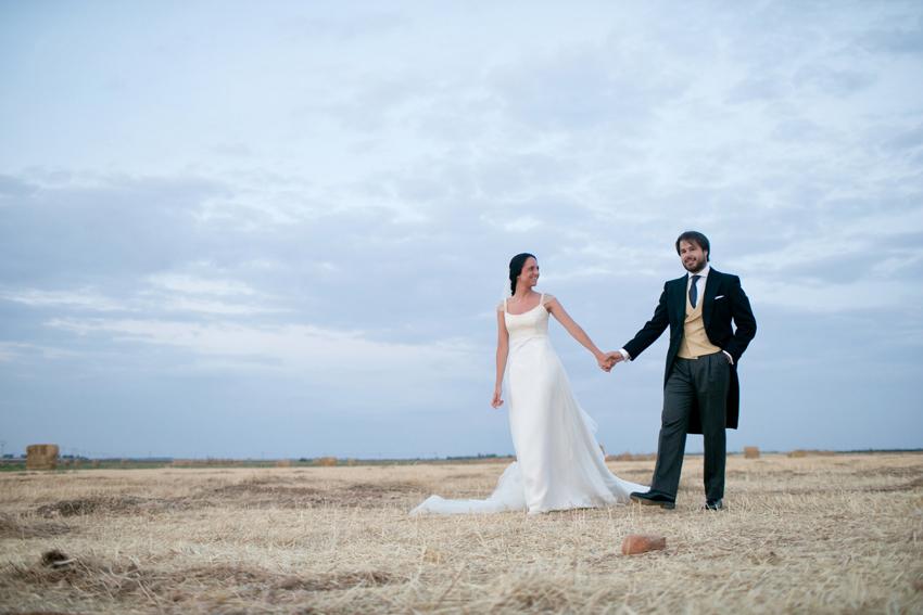 Fotografía de los recién casados paseando por el campo