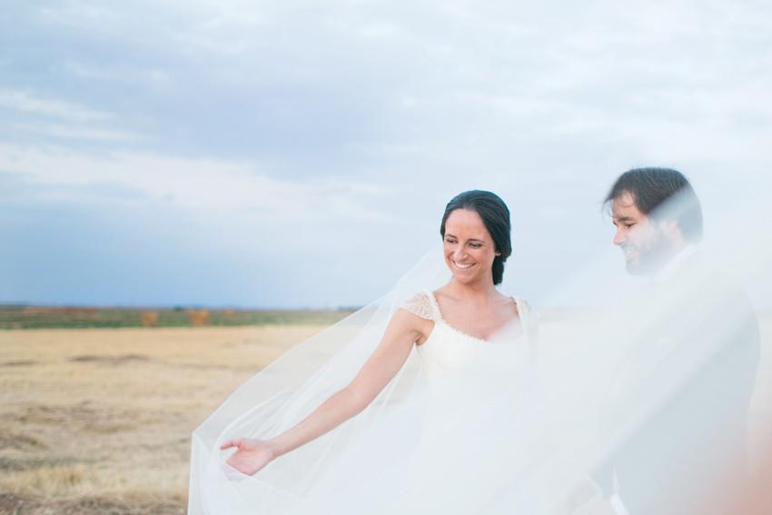 Imagen de la novia acariciando el velo. Reportaje de boda de Pilar y Leo