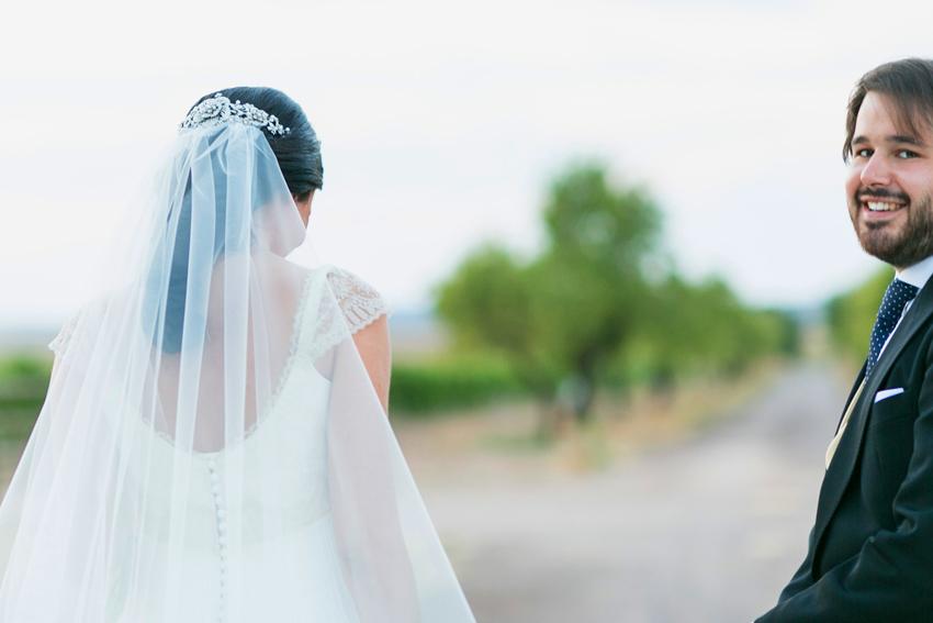 El novio feliz, mira a la cámara, fotógrafo de bodas en Ciudad Real