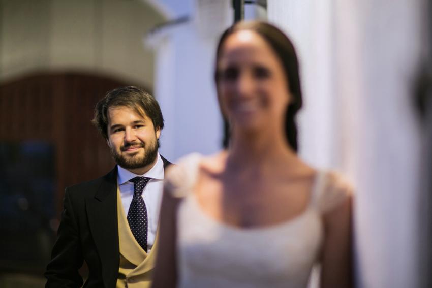 Imagen del novio en segundo plano. Reportaje de boda de Pilar y Leo
