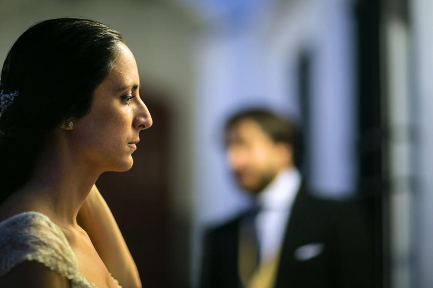 Bonita fotografía con la novia de perfil en primer plano