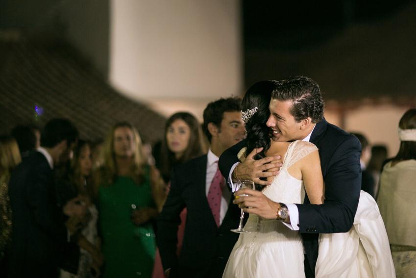 Imagen de la novia siendo felicitada por uno de los invitados