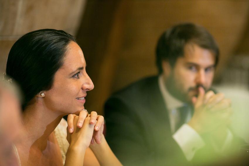 Detalle de los novios sentados en la mesa, fotos de bodas