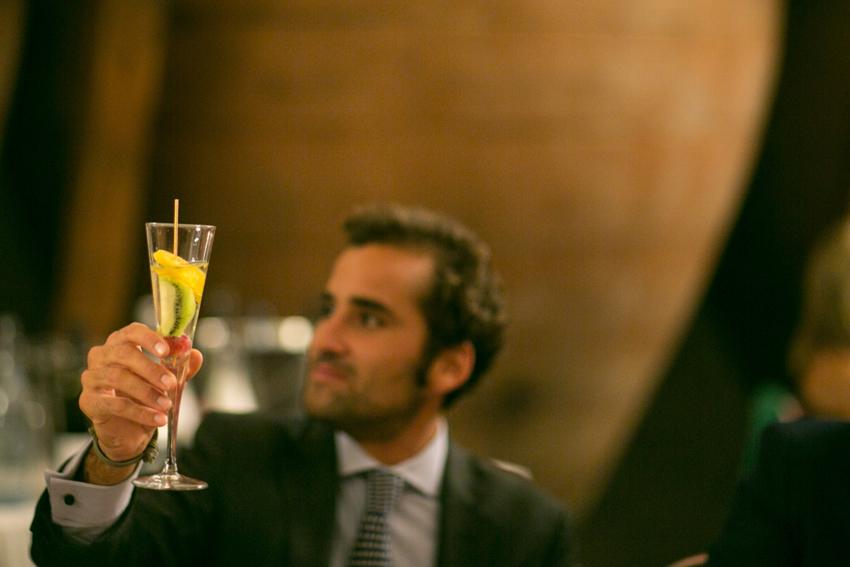 Imagen de uno de los invitados durante el brindis.