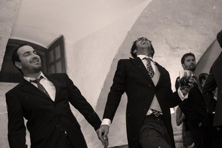 Fotografía que muestra a los invitados a la boda divirtiéndose