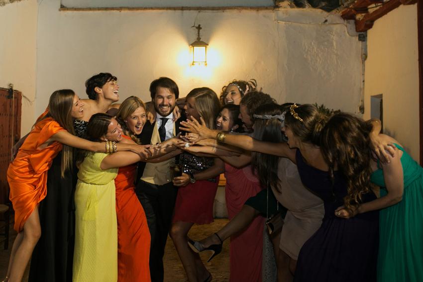Imagen del novio rodeado de amigas, fotos artísticas de bodas