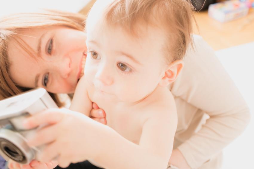 Primer plano de Maxime con su madre. Fotos familiares