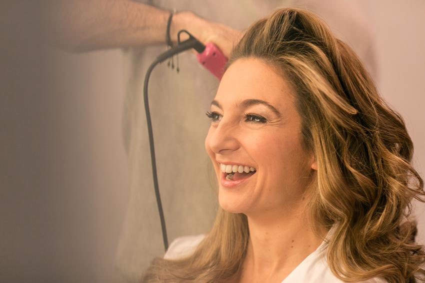 La novia sonriente en la peluquería. Fotógrafo de bodas en Madrid