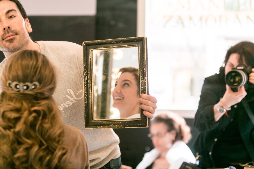 La novia captada en un espejo en la peluqería. Fotos artísticas de bodas