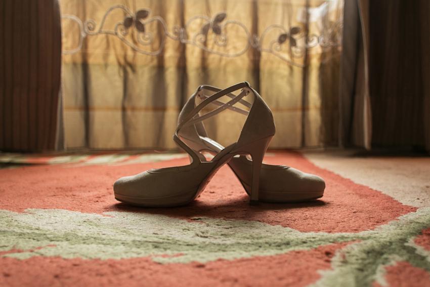 Primer plano del calzado de la novia. Fotos artísticas de bodas