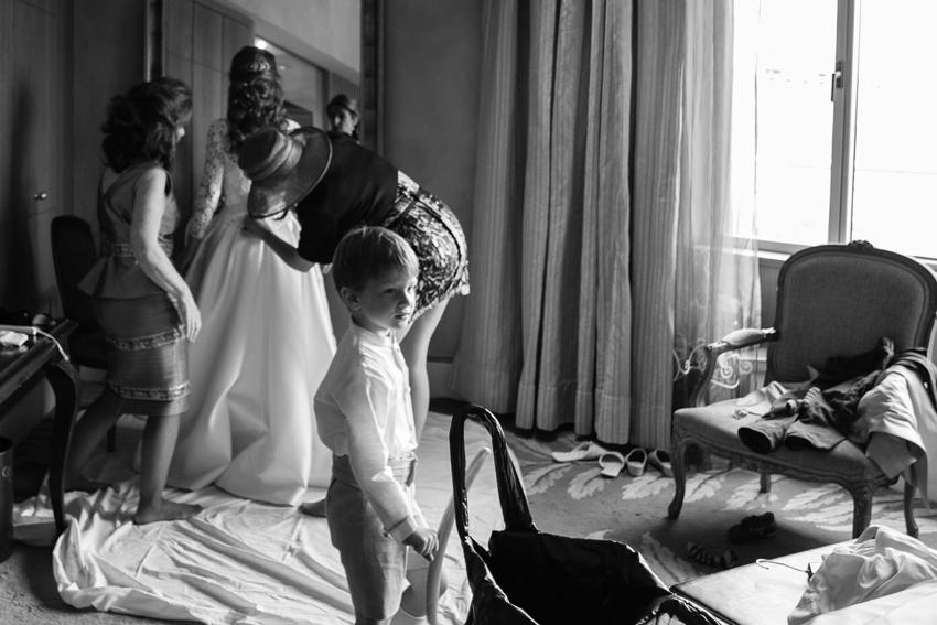Imagen de la habitación donde se viste la novia. Fotógrafo profesional de bodas