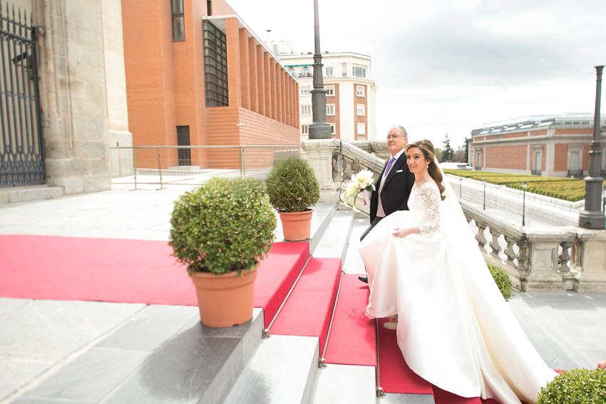 La novia entra en la iglesia acompañada del padrino. Fotos de bodas