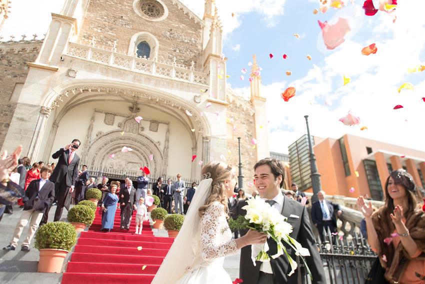 Los novios saliendo de la iglesia. Fotógrafo profesional en Madrid